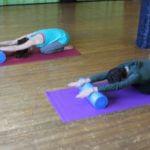 Magali et sa sœur nous propose une posture de pilates avec roller